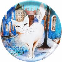 Rund bricka med motiv av vit katt i staden.