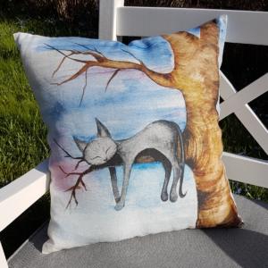 Designat kuddfodral i linne. Kattmotiv av katt i träd mot blå himmel.