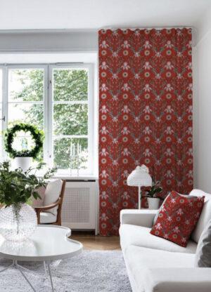 Röd gardin med vackert mönster av Pia Bergvall Lundén